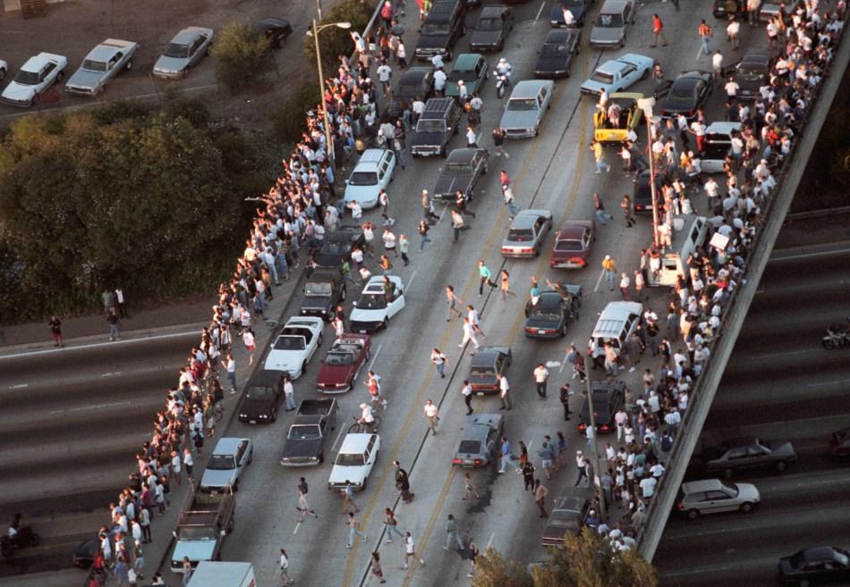 Des milliers de personnes le long de l'autoroute 405