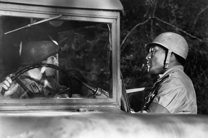 Jim Brown przytrzymuje kierowcę karetki w scenie z filmu 'The Dirty Dozen', 1967.'The Dirty Dozen', 1967.