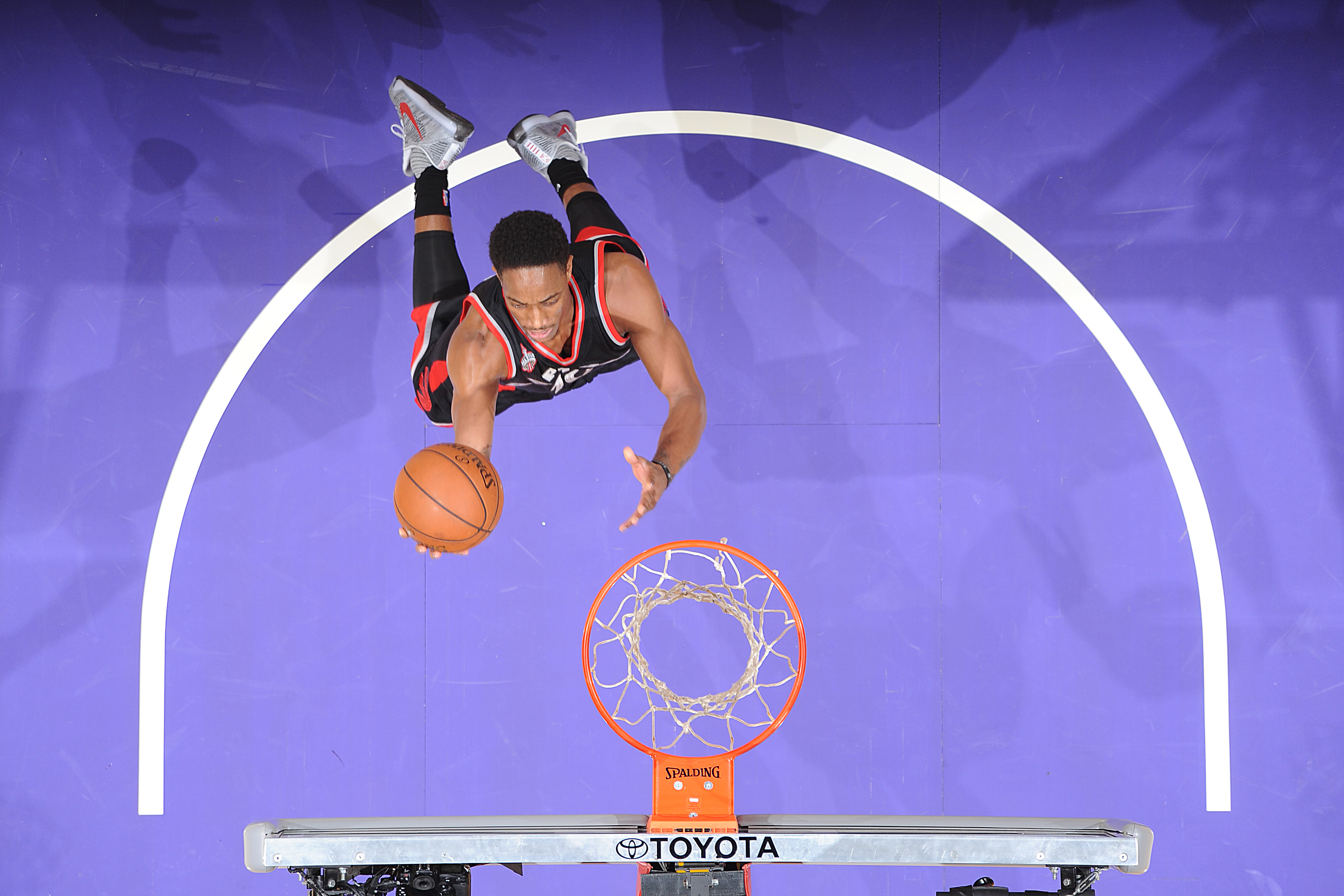 DeMar DeRozan #10 of the Toronto Raptors shoots the ball against the Los Angeles Lakers on November 20, 2015 at STAPLES Center in Los Angeles, California.