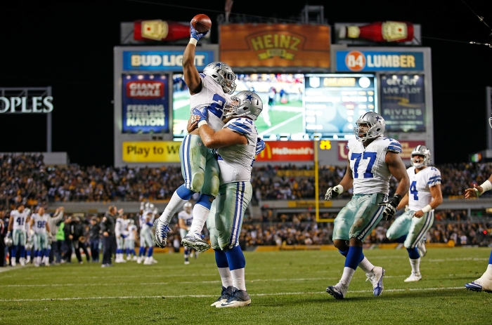 Ezekiel Elliott celebrates his 32-yard rushing touchdown with Travis Frederick in the fourth quarter of Sunday's matchup against the Steelers.