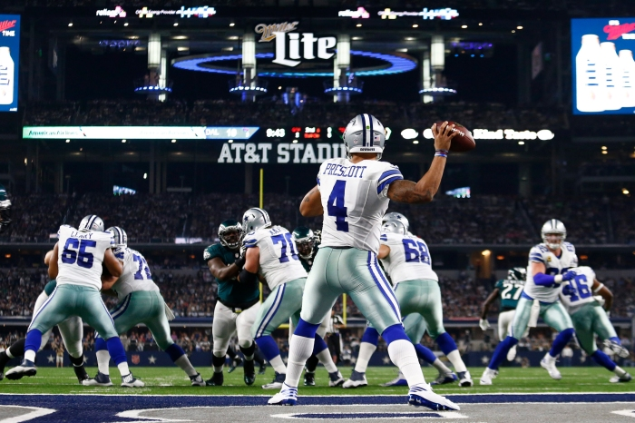 epa05610631 Dallas Cowboys quarterback Dak Prescott (C) passes the ball in the first half of the NFL game between the Philadelphia Eagles and the Dallas Cowboys at AT&T Stadium in Arlington, Texas, USA, 30 October 2016. EPA/LARRY W. SMITH