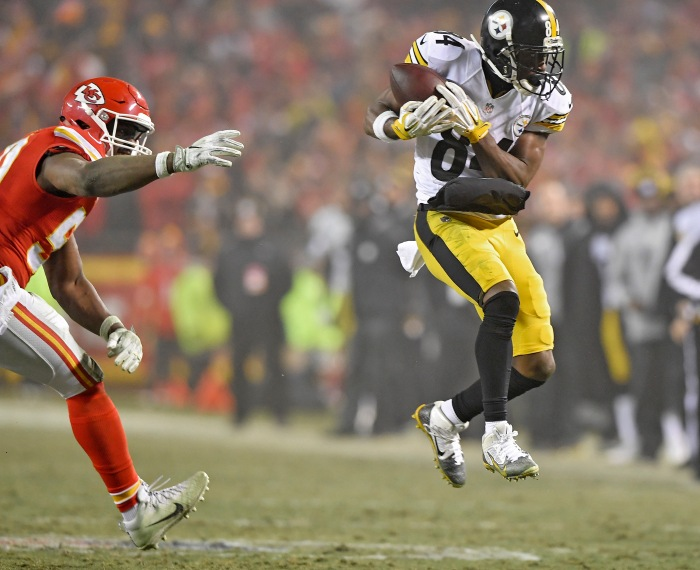 Pittsburgh Steelers wide receiver Antonio Brown catches a first down pass in front of Kansas City Chiefs outside linebacker Justin Houston to keep the drive alive with less than two minutes remaining in the game during the AFC Divisional Playoff game on Sunday, Jan. 15, 2017 at Arrowhead Stadium in Kansas City, Mo.