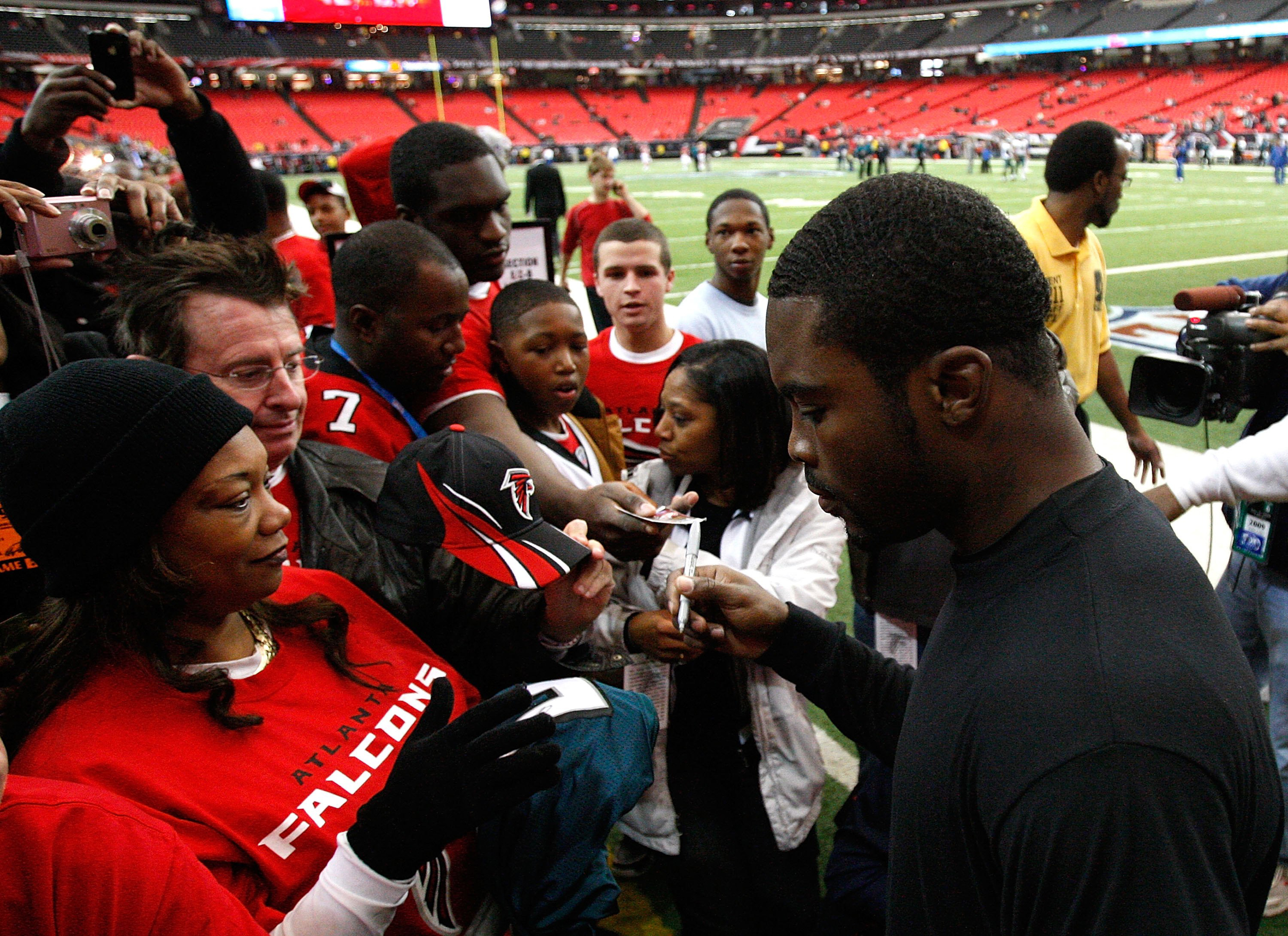 Michael Vick #7 of the Philadelphia Eagles is greeted by fans of the Atlanta Falcons before the game at Georgia Dome on December 6, 2009 in Atlanta, Georgia.
