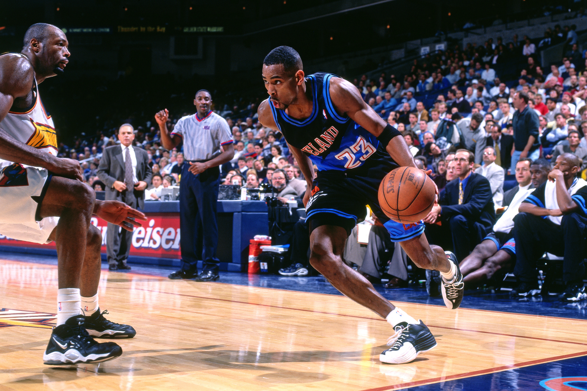 1c515766c37 Derek Anderson (right) of the Cleveland Cavaliers drives against the Golden  State Warriors on Dec. 3, 1997, at Oracle Arena in Oakland, California.