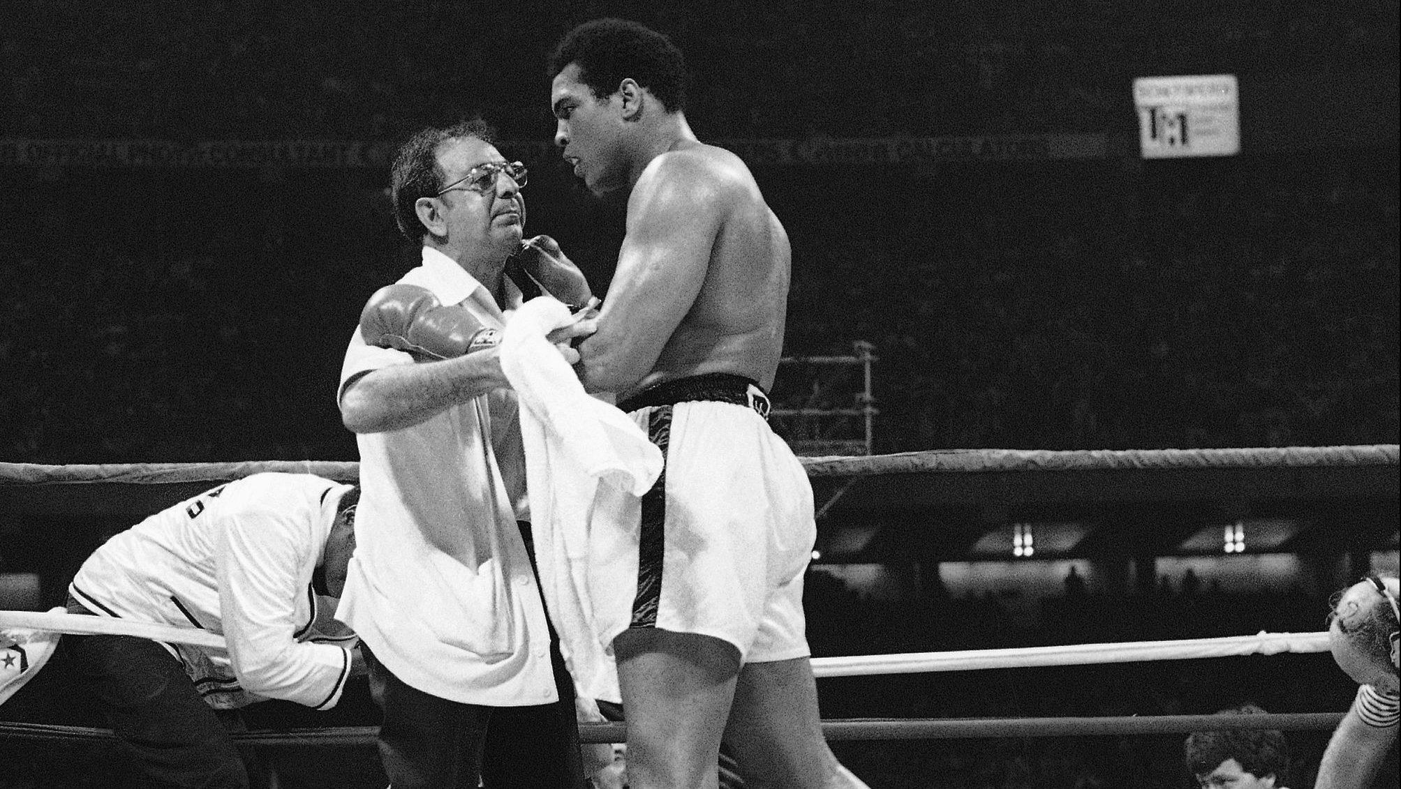 Muhammad Ali  beats  Spinks