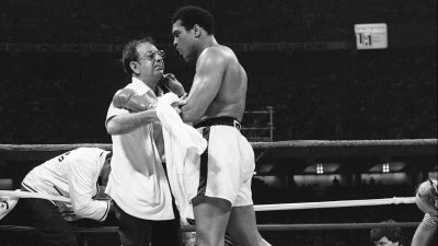 Muhammad Ali  beats  Spinks