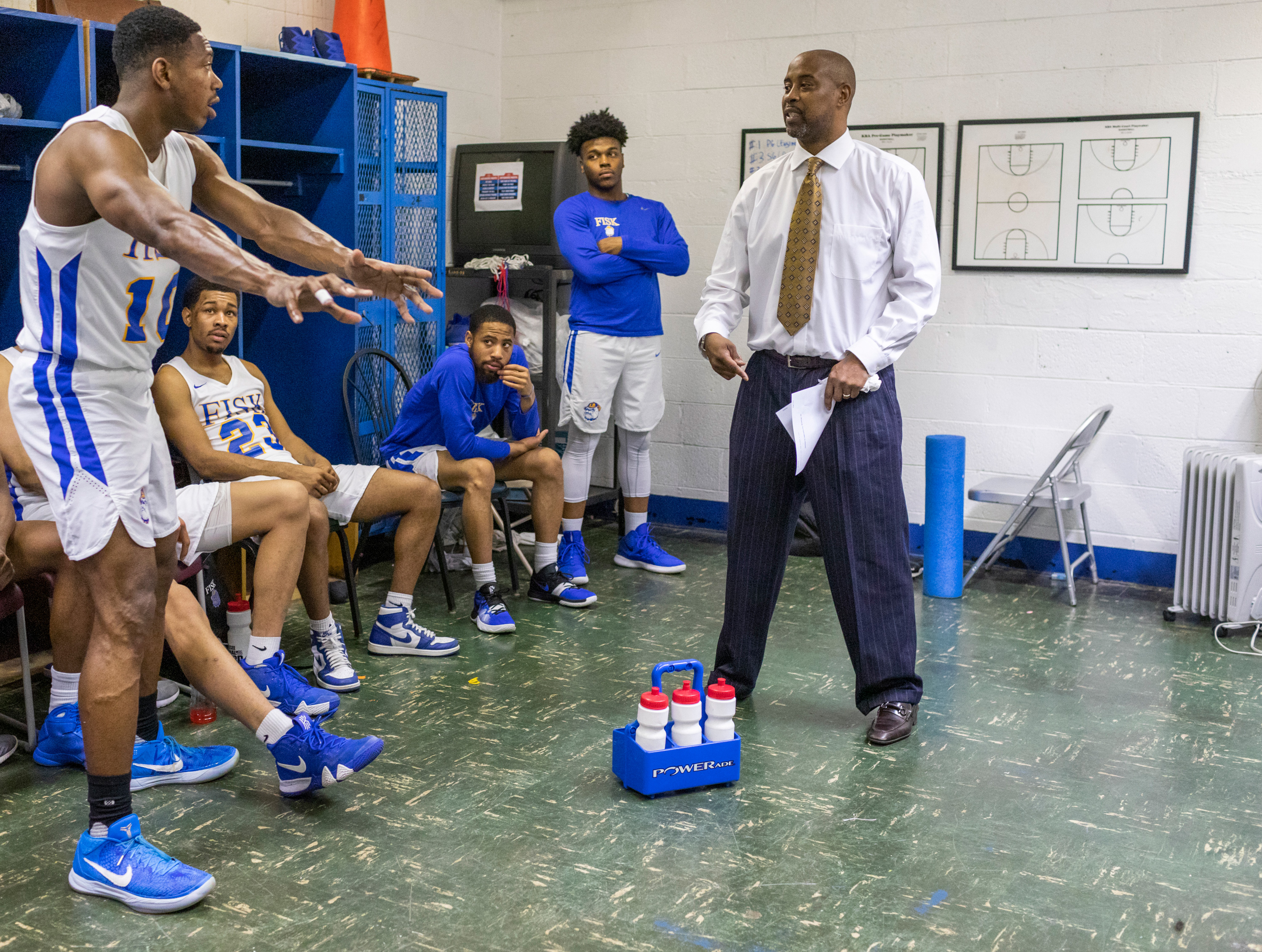 Kenny Anderson meets with his players in the locker room during halftime. fe5320dae