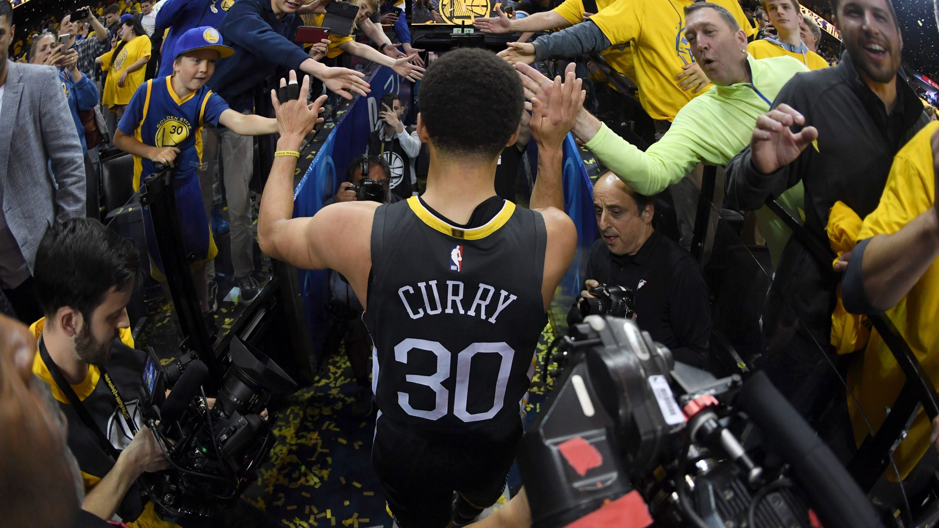 f6bbf9495c1 'Thank You, Oakland' — Steph Curry's gift to influential people in his  career Read now