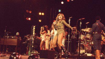 tina-and-ikettes-performing-january-1976-